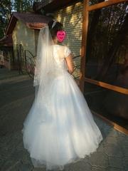 Красивое свадебное платье вместе с фатой по заниженной цене + подарки.